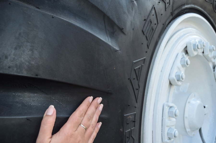 tire, hand, woman, ring, screw, metal, vehicle