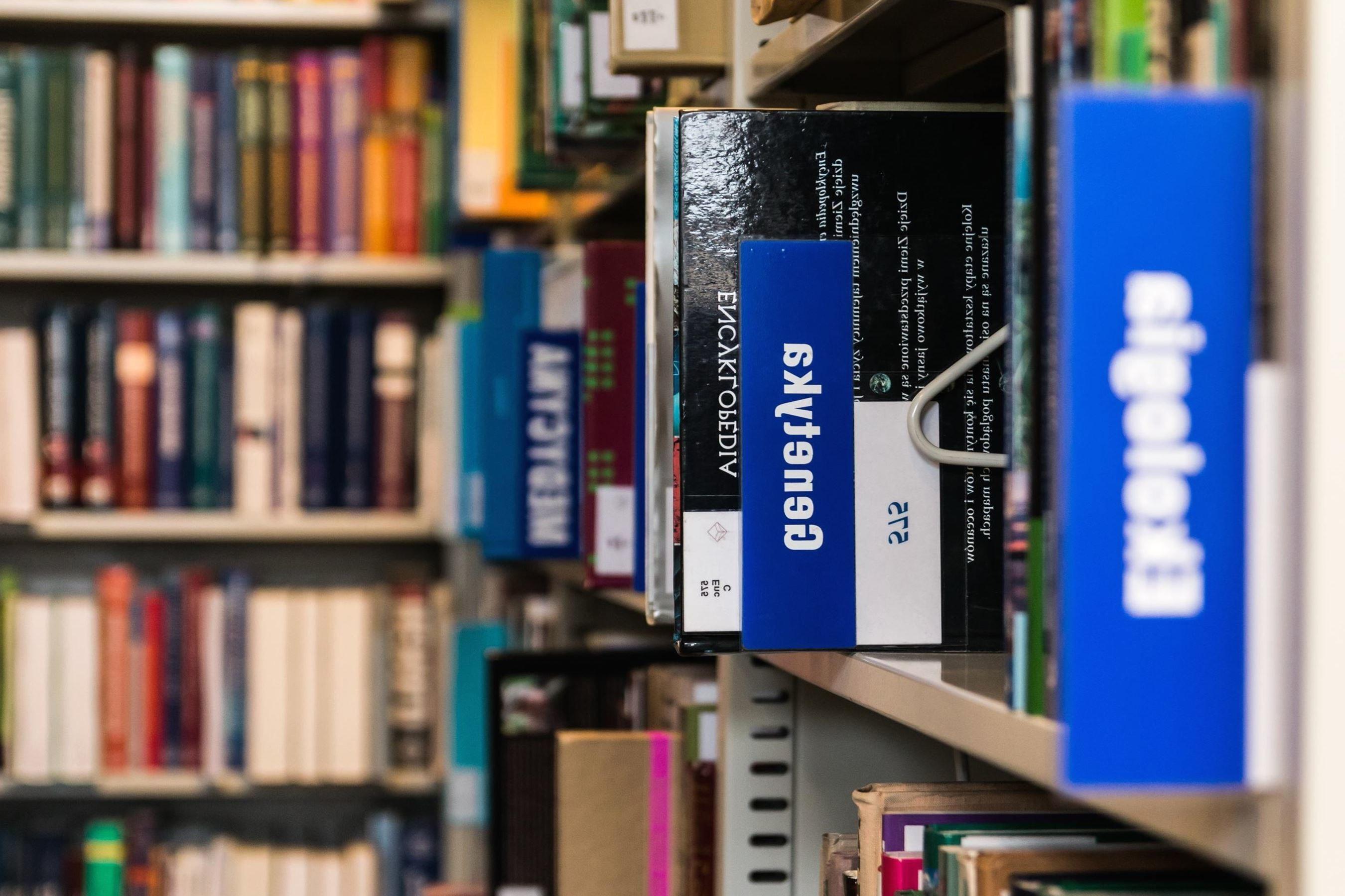 Boekenplank Met Boeken.Gratis Afbeelding Boekenplank Schap Bibliotheek Collectie
