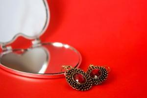 Pendientes, maquillaje, espejo, rojo, joyas, oro