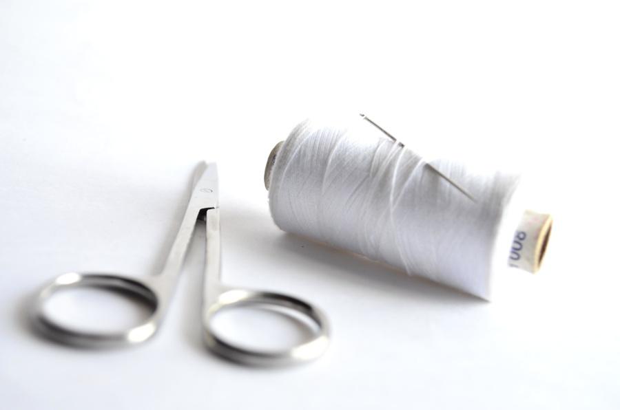 Bianco, filo per cucire, ago, forbici