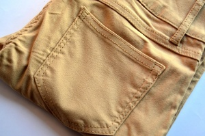Штани коричневого кольору, мода, текстиль, об'єкт