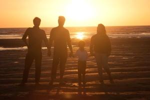 Familia, playa, puesta del sol, silueta, recreación
