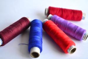 จักรเย็บผ้า ด้าย ตัดเสื้อ ที่มีสีสัน