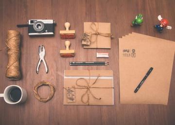 Mestiere, materiale, tazza di caffè, carta, attrezzo manuale, giocattolo, macchina fotografica