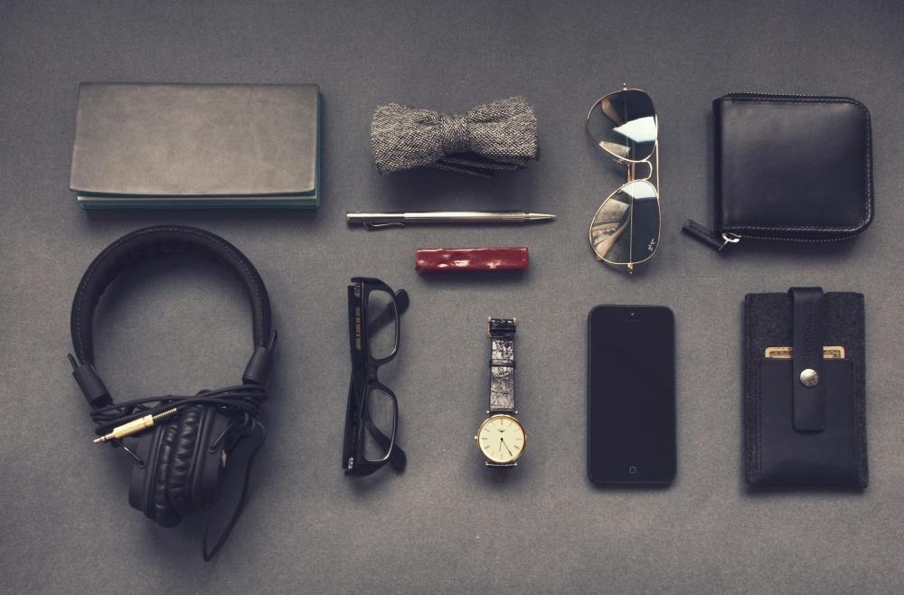 tegnebog, hovedtelefoner, armbåndsure, solbriller, blyant