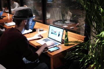 čovjek, prijenosno računalo, dnevno, rad, šešir, ured, interijer