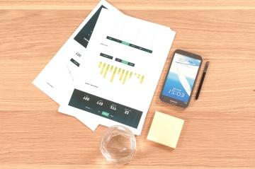 grafiek, mobiele telefoon, papier en potlood