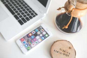 minimal design, Bureau, laptopcomputer, internet, mobiele telefoon