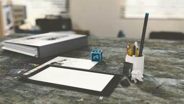 โต๊ะคอมพิวเตอร์แบบพกพา สมุด ดินสอ กระดาษ สำนักงาน