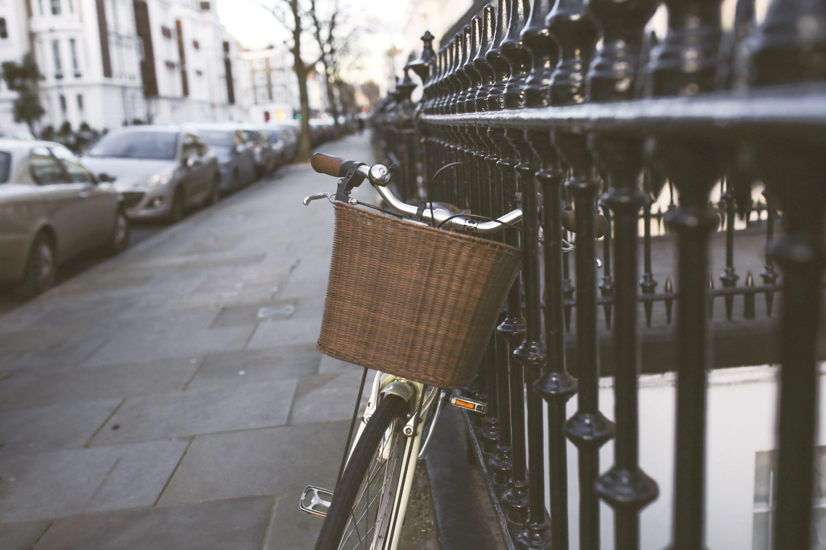 Kostenlose Bild Weidenkorb klassisches Fahrrad Straße Eisen Zaun