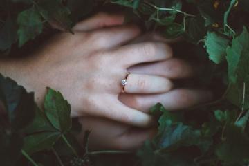 Mano, anello, foglia verde, scuro, ombra