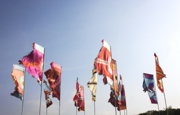 Bandera, viento, cielo azul, colorido