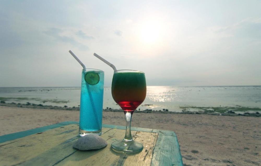 Cóctel de fruta, playa, jugo de fruta, arena, océano, verano, vacaciones, cielo