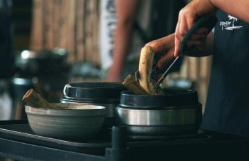 lidé, kuchyně, jídlo, kamna, ruční, vaření