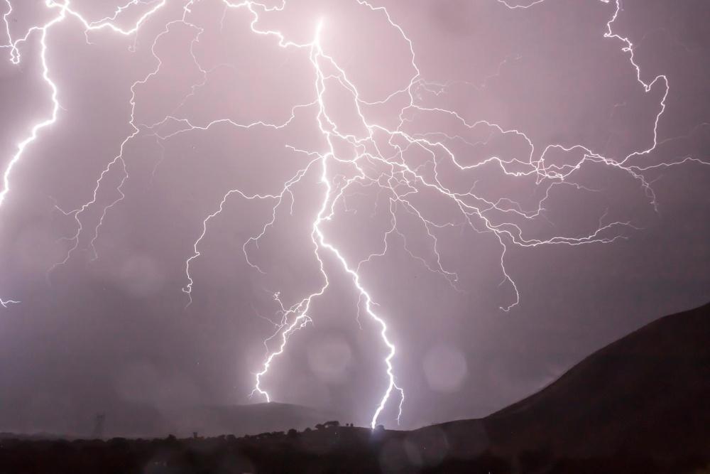 Tempesta, tuoni, temporali, fulmini, notte, pioggia