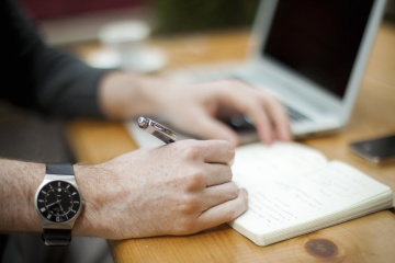 Affaires, intérieur, papier, femme, ordinateur portable, main, doigt, crayon