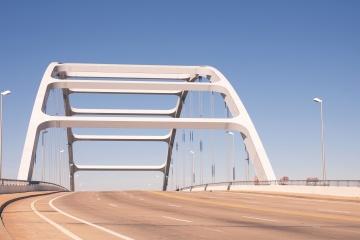 橋、アスファルト、建築、建設、都市の青い空
