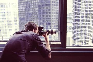 Photographe, homme, caméra photo, portrait, ville, technologie, fenêtre