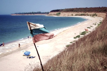 flag, beach, seashore, sea, water, ocean, sand, vacation, summer, coast