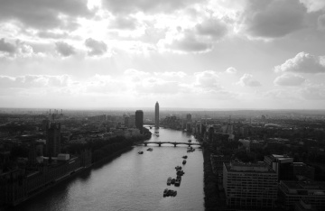 Fluss, Wasser, Stadt, Fahrzeug, Himmel, Innenstadt, Monochrom, Architektur, Brücke, Stadt, Stadtbild