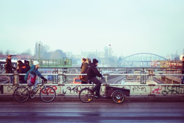 ฝูงชน รถ คน จักรยาน ถนน ใน เมือง สะพาน เมือง ยางมะตอย