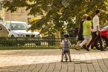 Niño, calle, camino, gente, calle, niñez, bicicleta