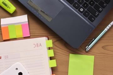 Papier, ordinateur portable, téléphone mobile, bureau, crayon, papier, lieu de travail