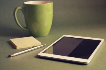 cangkir kopi, komputer portabel, mug, minuman, minuman, pensil, kertas, tempat kerja, kantor