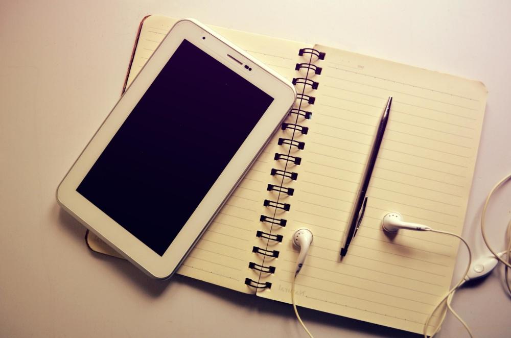 GSM, telefoon, papier, notebook, koptelefoon