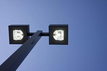 Lampadaire, ciel, lumière du jour, électricité, ciel bleu, lumière