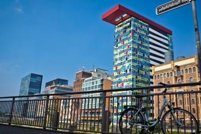 Architektur, Stadt, Straße, Zaun, Fahrrad, blauer Himmel, Stadt, modern, urban, Innenstadt