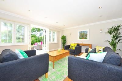 nábytok, izba, pohovka, vnútri, doma, stolička, domu, okna, koberec, stôl