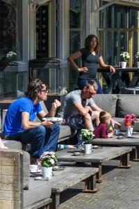 gens, femme, enfant, rue, restaurant, extérieur, mobilier, lumière du jour