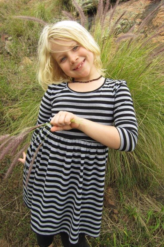 Natur, blonde Haare, hübsches Mädchen, Outfit, Rasen, Kind, Porträt, im freien