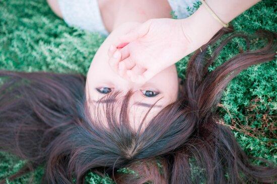 mignonne, jolie, été, cheveux, coiffure, young, girl, herbe, visage, main, une nature magnifique,