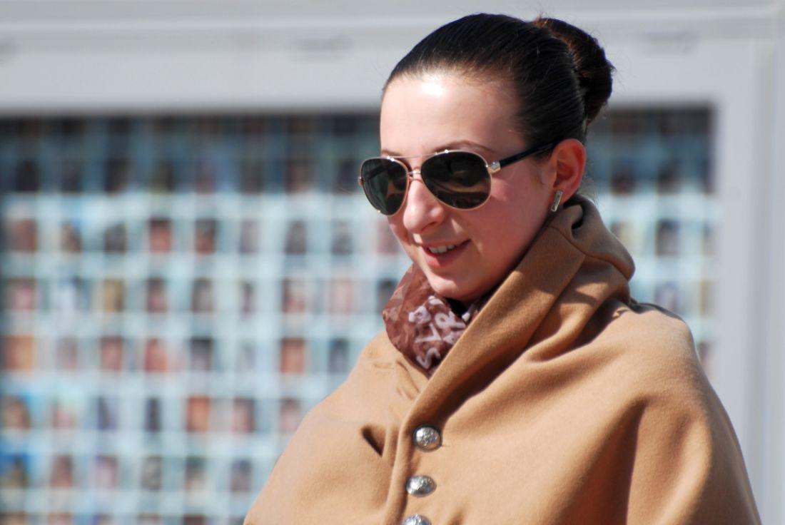 portret žene, sunčane naočale, odijelo, portret, osmijeh, urbane, osoba, vanjski