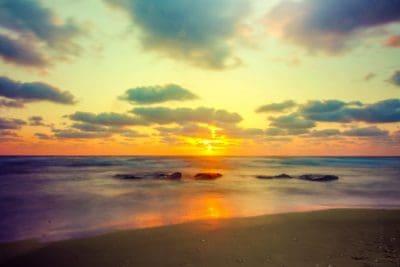 Alba, nube, luce solare, acqua, sole, alba, tramonto, spiaggia, oceano, mare, cielo