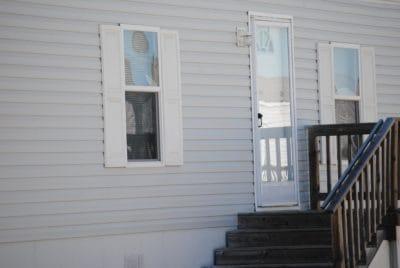 家、窓、階段、玄関のドア、建築、家、木、壁
