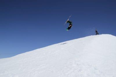 -stap-springen, sport, hill, avontuur, sneeuw, winter, berg, koude, skiër, snowboard, avontuur