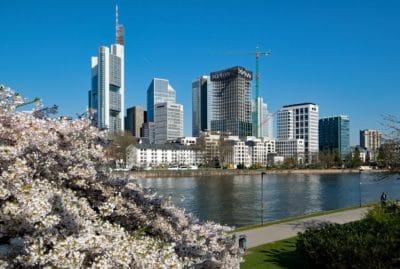 město, budova, modrá obloha, řeka, architektura, panoráma města, centrum města, obloha, voda