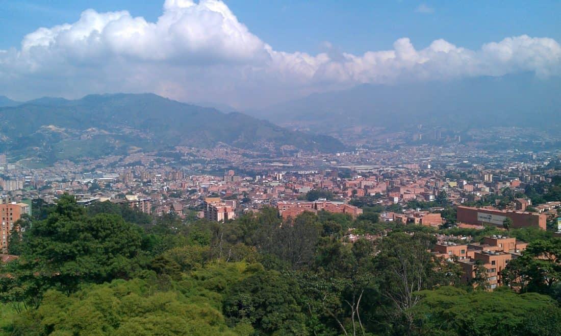 arquitectura, urbanismo, montaña, ciudad, al aire libre, paisaje, colina, cielo azul, árboles