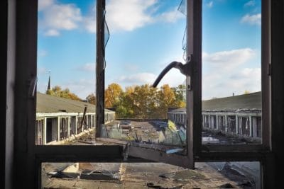 窓の家、家、空、屋外青空、金属