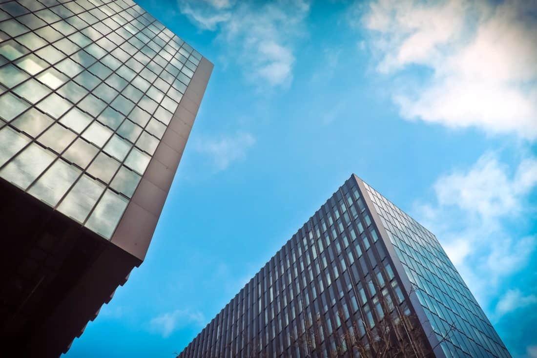 cielo de futurista, centro, ciudad, azul, ventanas modernas, arquitectura,
