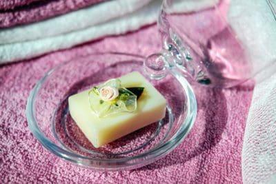 Luxe zeep, glas, handdoek, bloem, decoratie
