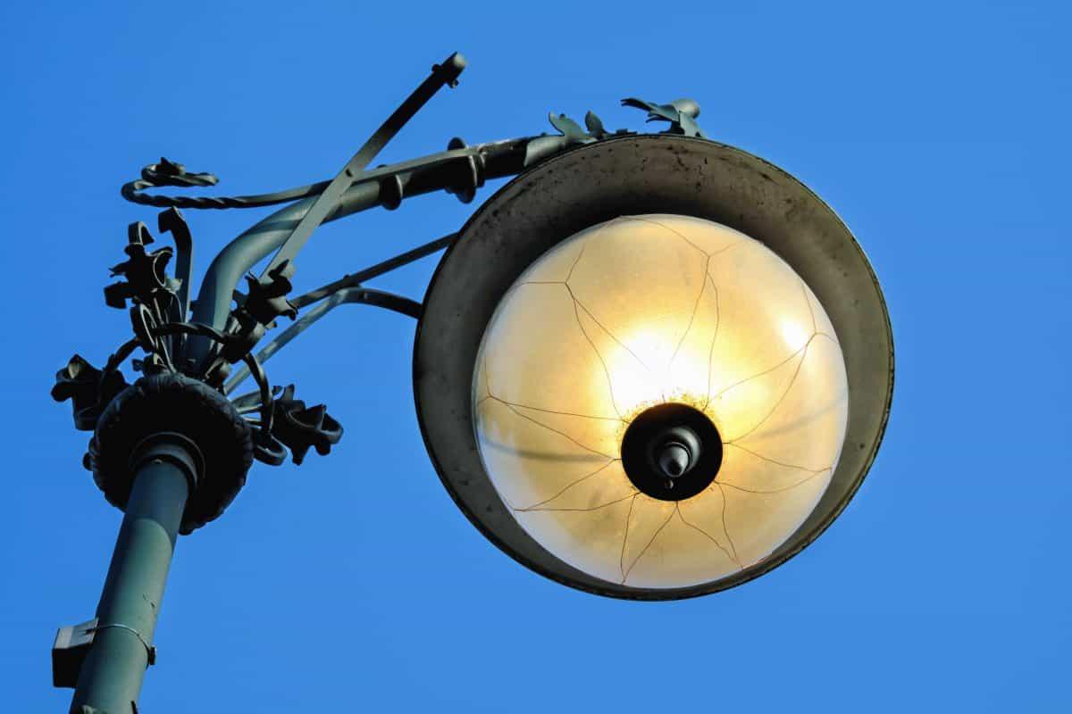 al aire libre, lámpara, bulbo, metal, cielo azul, calle, luz