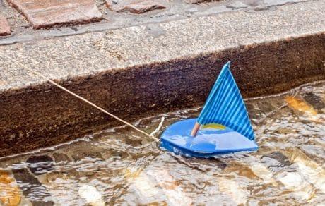 juguete, barco, vela, velero, agua, concreto, canal