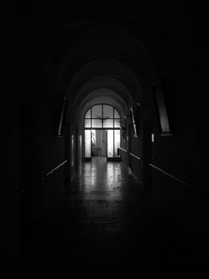 monochrome, architecture, ténèbres, obscurité, tunnel, toit, ombre, vieux