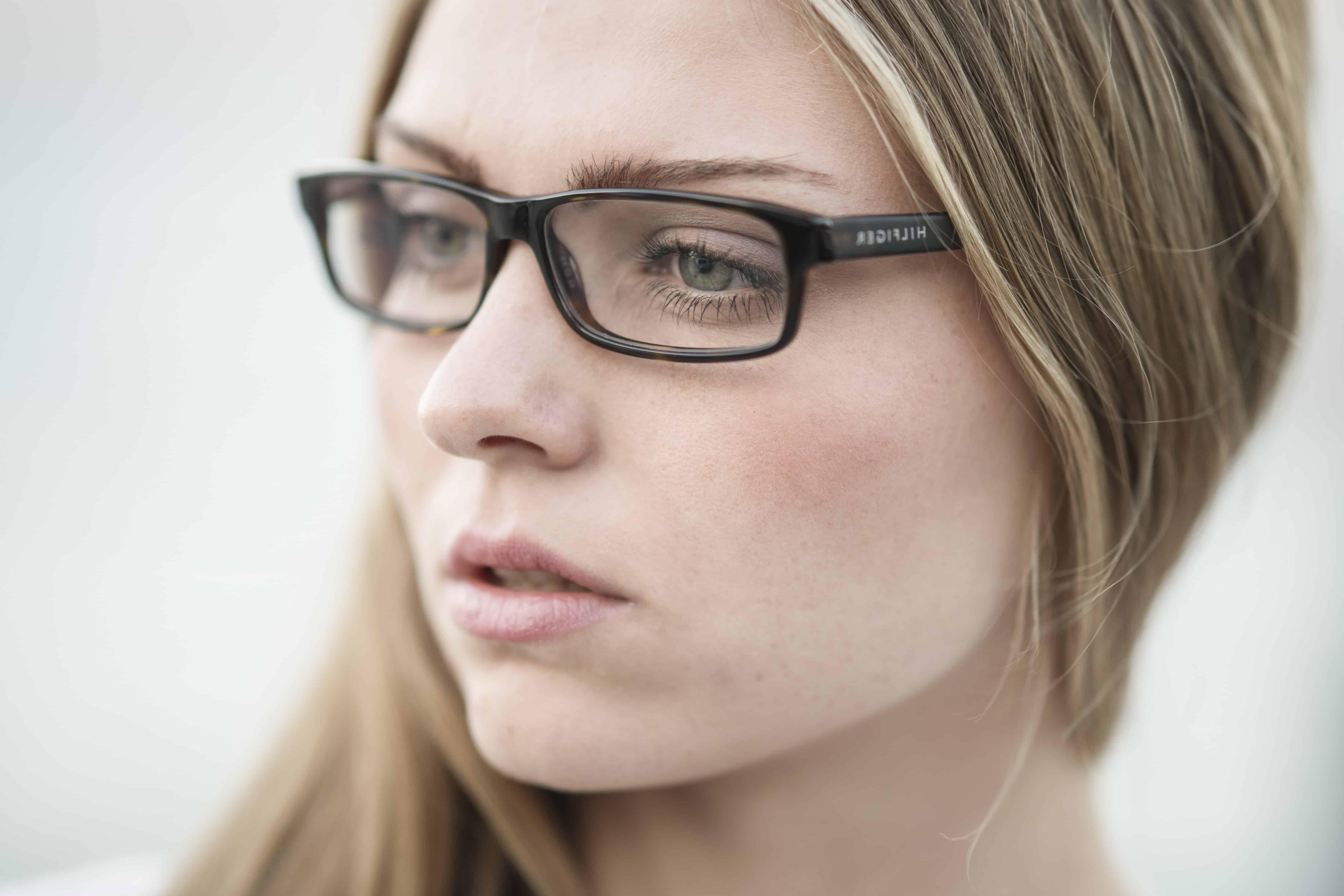Chica joven de ojos verdes - 2 6