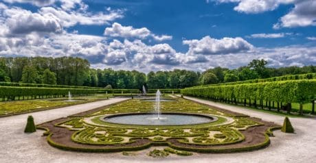 Brunnen, blauer Himmel, Pflanze, Garten, Holz, Wasser, Dekoration