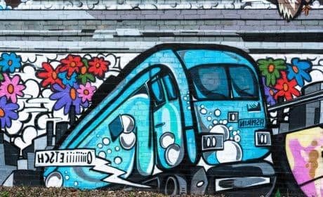 ถนน กราฟฟิตี ในเมือง ที่มี สีสัน ศิลปะ ก่อกวน ยานพาหนะ ขนส่ง